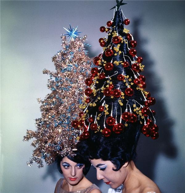 Vào năm 1962, kiểu tóc cây thông cao gần 1,1m được tạo hình cầu kì với dây kim tuyến và vật dụng trang trí Noel được phái đẹp ưa chuộng. (Ảnh:Bettmann)