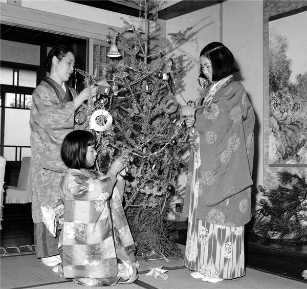 Không khí giáng sinh tại một gia đình ởthành phố Yokohama (Nhật Bản) vào những năm 1950. (Ảnh:Evans)