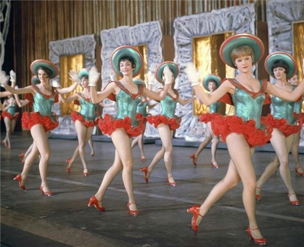 Giáng sinh năm 1967 trở nên rộn ràng hơn với tiết mục đặc biệt đến từ những cô gáixinh đẹp của vũ đoàn The Rockettes (Mỹ). (Ảnh:NBC)