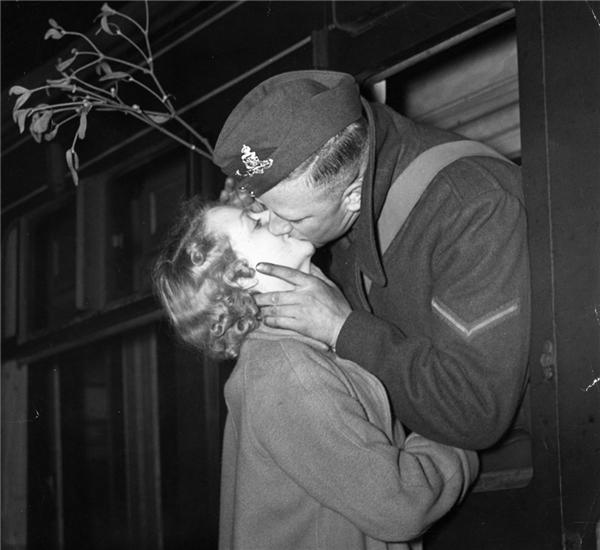 Nụ hôn tiễn biệt của người lính và người yêu trong ngày Chúa sinh ra đời vào năm 1939. Lúc chia li, chàng trai còn mang theo nhánhcây tầm gửi như một lời hứa hẹn cho tình yêu vĩnh hằng. (Ảnh:Gerry Cranham)