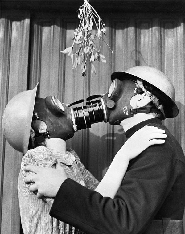 Giữa những ngày bom đạn ác liệt dội xuống thủ đô London (Anh) trong Thế chiến II (vào năm 1940), đôi tình nhân trẻ vẫn có những giây phút lãng mạn bên nhau. (Ảnh:Bettmann Archive)