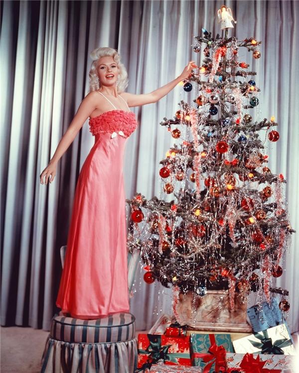 """Jayne Mansfield từng một thời được xem là""""biểu tượng gợi cảm của nước Mỹ"""" -rạng rỡ bên cây thông giáng sinh tại nhà riêng vào năm 1960. (Ảnh:Sliver Screen Collection)"""
