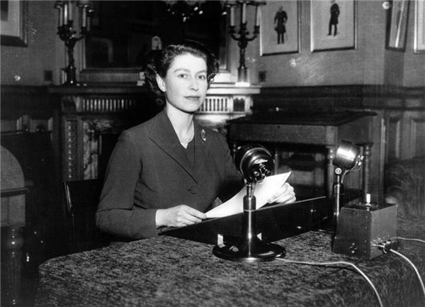 Nữ hoàng Elizabeth II gửi lời chúc Giáng sinh đầu tiên sau khi lên ngôi đến các nước thành viêncủa Khối Thịnh vượng chung Anh vào năm 1952. (Ảnh:Fox Photos)