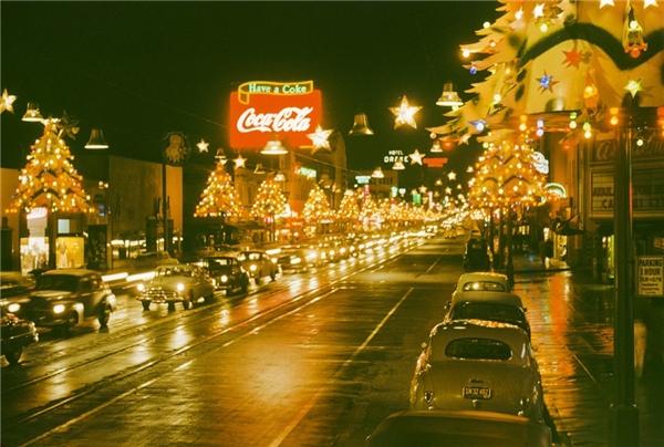 Không khí Giáng sinh rực rỡ đầy sắc màu tạiđại lộ Hollywood (Mỹ) vào năm 1950. (Ảnh:Harvey Meston)