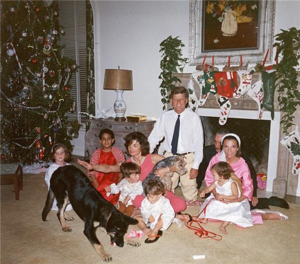 Gia đình tổng thốngMỹ - John F. Kennedy quây quần bên nhau trong đêm giáng sinh năm 1962. (Ảnh:John F. Kennedy Library)