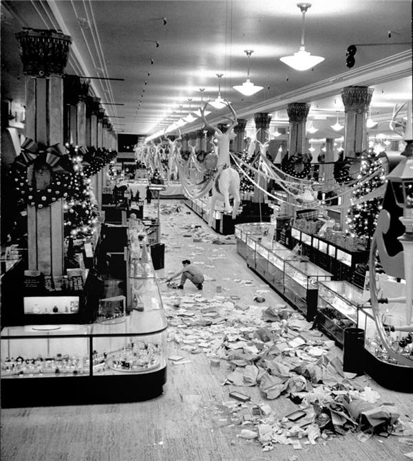"""""""Bãi chiến trường""""sau khi khách hàng đổ xô mua sắm vào ngày cận kề Giáng sinh năm 1948. (Ảnh:Nina Leen)"""