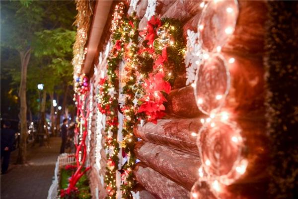 Khu vực phố Lê Phụng Hiểu, mô hình nhà gỗ với ống khói được trang trí với vòng hoa màu xanh đỏ đặc trưng của lễ Giáng sinh.