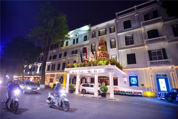 Nổi tiếng là một trong những khách sạn đẹp nhất Hà Nội, vào mỗi dịpGiáng Sinh, toàn bộ khu vực xung quanh Metropole trở thành con đường ánh sáng lung linh huyền ảo.