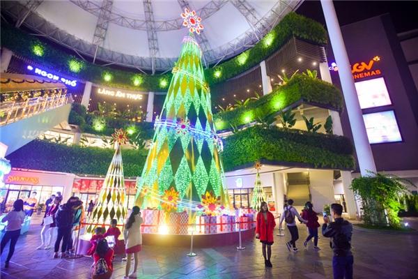 """Trung tâm thương mại Aeon Mall Long Biên được trang trí với concept """"xứ sở diệu kì"""" trong dịp Noel năm nay."""