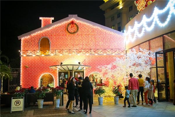 Đây cũng là một trong những địa điểm thu hút đông đảo khách tham quan, du lịch tới chụp ảnh và tận hưởng không khí ấm áp vàomỗi mùa Noel.