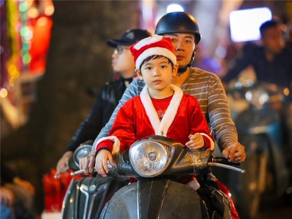 """Trang phục """"ông già Noel nhí"""" cũng là một trong những thứ đồ được phụ huynh Hà Nội ưa chuộng để con em mặc chơi lễ Giáng sinh."""