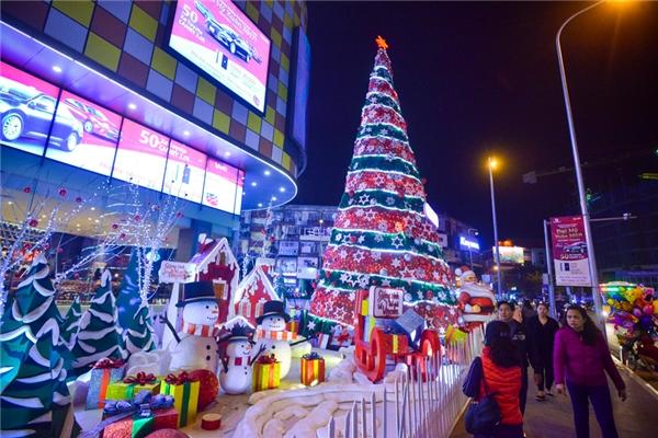 Vincom Phạm Ngọc Thạch - một trong những địa điểm vui chơi mua sắm mới khai trương ở Hà Nội cũng được trang trí cây thông Noel và người tuyết, túi quà lớn nhỏ, phần nào khiến người dân thủ đô cảm nhận không khí Noel đang tới gần.