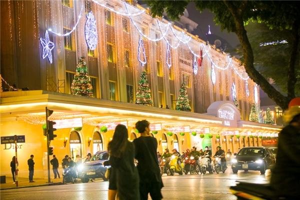 Ánh đèn lộng lẫy, cây thông Noel sáng rực một góc phố Tràng Tiền, Hai Bà Trưng.