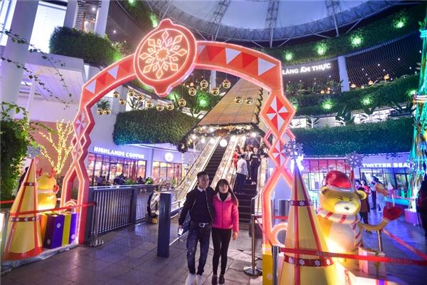 """Khu vực cổng chào ở sảnh tầng 1 dẫn đến thang cuốn được trang trí vớihàng ngàn bóng đèn led, hứa hẹn sẽ là một trong những địa điểm """"check-in"""" đặc sắc trong Giáng sinh 2016của các bạn trẻ Hà Nội."""