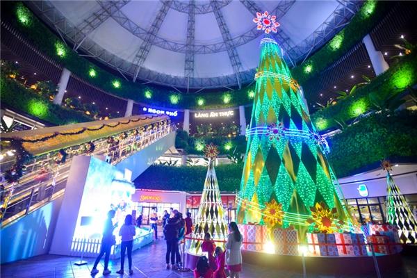 Khu vực Sảnh Mái vòm (tầng 1 ngoài trời) là cây thông cao trên 15m, lung linh với hàng trăm bóng đèn nháy, bông tuyết, quà Giáng sinh, và được thắp sáng bởi giọng hát trong trẻo của đội hợp xướng thiếu nhi từ đêm 9/12.
