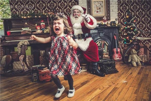 Chết cười với muôn kiểu bi hài của bé và ông già Noel