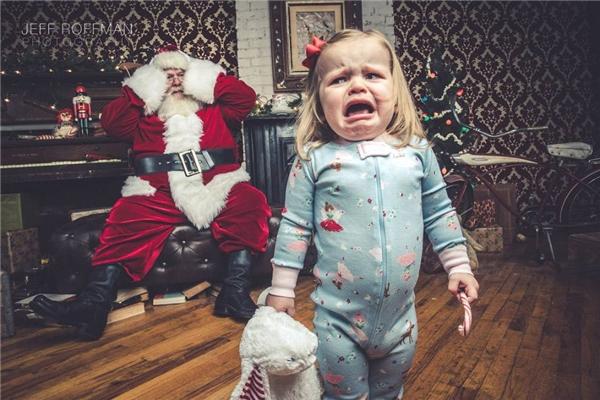 Sao bé nào cũng sợ hết vậy, nội tâm ông già Noel chắc hẳn đang đau buồn lắm đây.