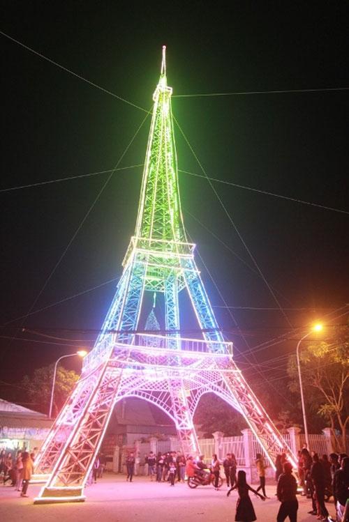 """Đây là lần đầu tiên có một mô hình """"tháp Eiffel"""" tại TP Vinh nên người dân rất thích thú."""
