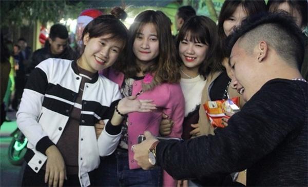 """Người dân TP Vinh Nghệ An và những huyện lân cận nô nức đến chiêm ngưỡng chiếc """"Tháp Eiffel xứ Nghệ"""" vừa mới được bà con giáo dân xóm 5 hoàn thành."""