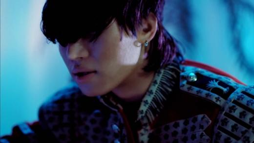 Lúc nào Daesung cũng nhìn đời qua một lớp tóc dày thế này.