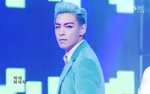 Vẫn là màu tóc xanh quen thuộc, tuy nhiên có gì đó hơi... sai sai trên khuôn mặt của anh chàng ấynhỉ?!