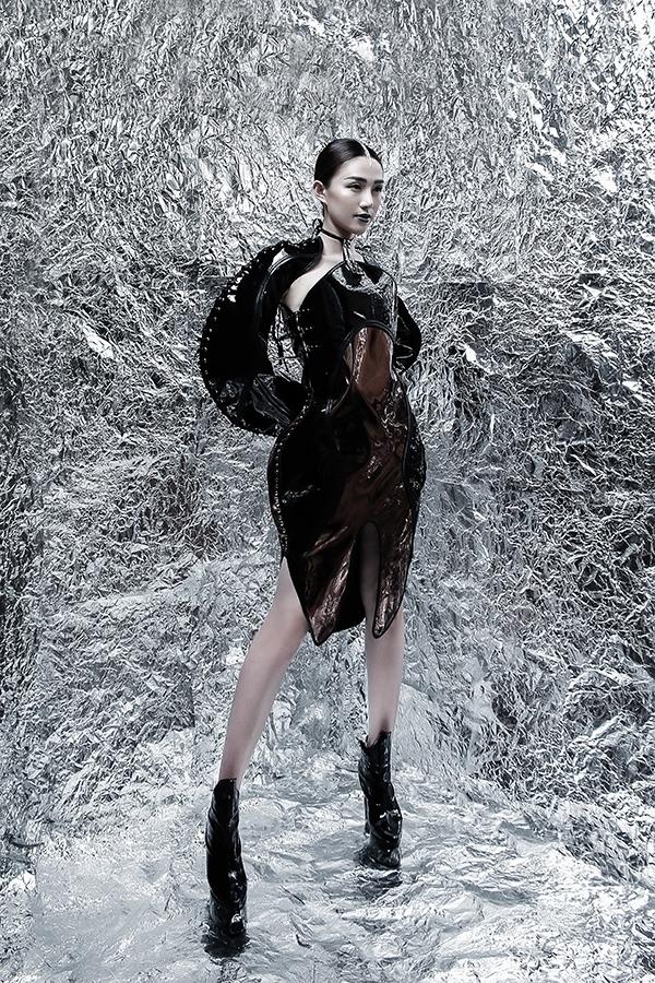 Nữ người mẫu khoe chân dài miên man trong thiết kế được thực hiện trên nền chất liệu da lộn với phom váy được đầu tư chỉn chu ở đường cắt may.