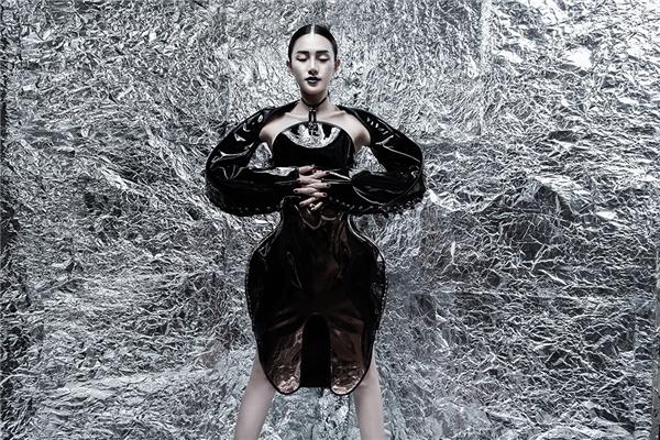 Trên nền giấy bạc lấp lánh, nữ người mẫu tái hiện bầu không khí Giáng sinh cuối năm lạnh giá khá thành công.