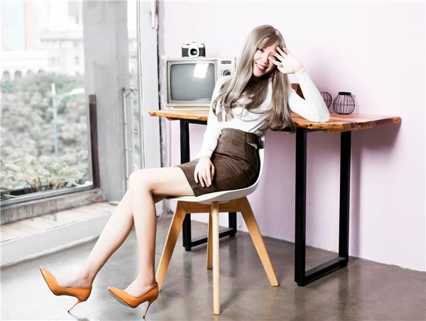 Nữ đạo diễn đã khéo kéo phối áo len kim tuyến hoặc áo crop top với chân váy dài các kiểu khoe lợi thế đôi chân dài quyến rũ