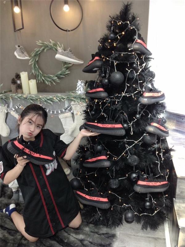 """Tình yêu đối với giày và màu đen được kết hợp lại không thể hoàn hảo hơn cho một mùa Giáng sinh... """"đen thùi"""". Nhưng đảm bảo cửa hàng này sẽ bán đắt như tôm tươi cho xem."""