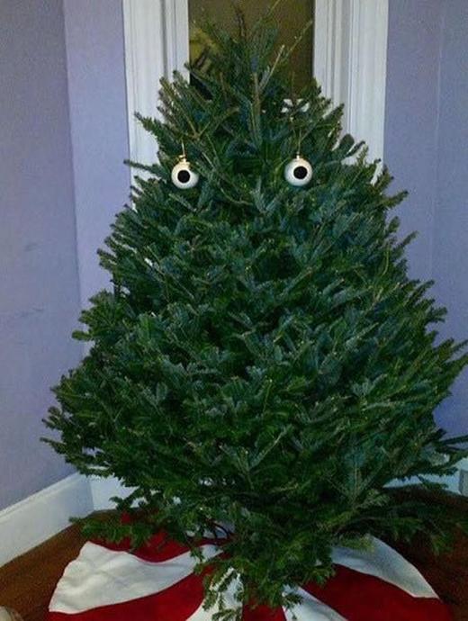 Đây có vẻ là cây thông của một nhân vật vẫn còn chưa vượt qua được cú sốc... hết Halloween.