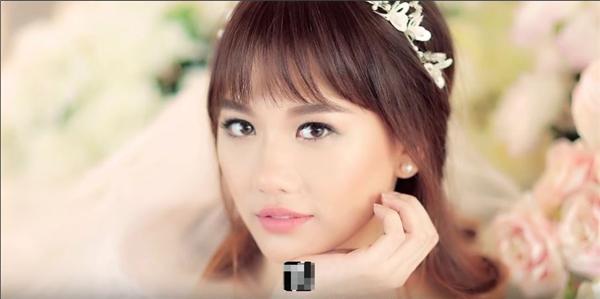 Hari Won khiến người xem mê mẩn với kiểu trang điểm tự nhiên, ngọt ngào và kết hợp vòng hoa đội đẩu như tạo hình của những nàng công chúa trong truyện cổ tích. Đây cũng là phong cách mà Chung Thanh Phong định hình cho nữ ca sĩ trong hôn lễ. Hai bộ váy cưới chính thức của Hari Won cũng được thiết kế đồng nhất với hình ảnh một nàng công chúa nhỏ xinh.
