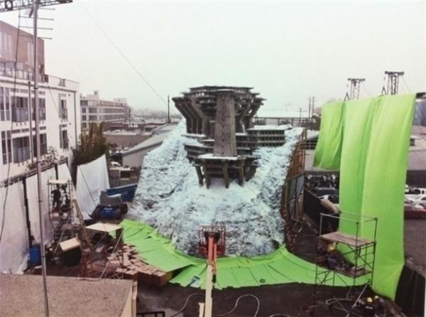 Đoàn làm phim Inception (2014) đã tiết kiệm một khoản chi phí không nhỏ với mô hình tòa nhà giữa tuyết trắng bao la ngay tại phim trường.