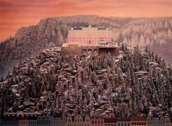 Bạn đã từng một thời mê mệt kiến trúc màu hồng đặc trưng của khách sạn đế vương trong The Grand Budapest Hotel (2014) mà không tài nào tìm ra nó nằm ở đâu? Bởi lẽ hết sức đơn giản, nó được tạo ra từtrí sáng tạo cùng đôi bàn tay tài hoa cũng các nghệ sĩ thiết kế.