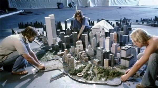 Để giảm thiểu chi phí cho các cảnh quay từ trên cao hay nhìn bao quát như bộ phim Escape from New York (1981), đội ngũ trường quay đã dựng nên một mô hình thành phố giống hệt bối cảnh ngoài đời.