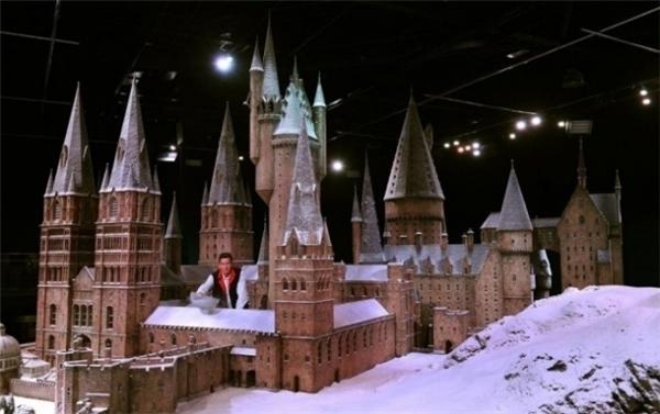 """Hóa ra, bấy lâu nay các fan của bộ phim Harry Potter (2001) đã bị tòa lâu đài tráng lệ kia """"lừa tình"""" như thế này!"""