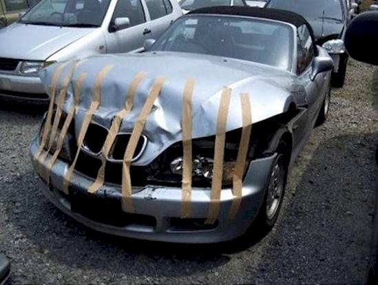 Chủ nhân của chiếc xe này chắc hẳn rất thích trò thủ công dán giấy.