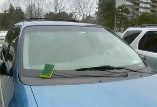 Khi miếng rửa chén bất đắc dĩ trở thành cần gạt nước xe hơi.