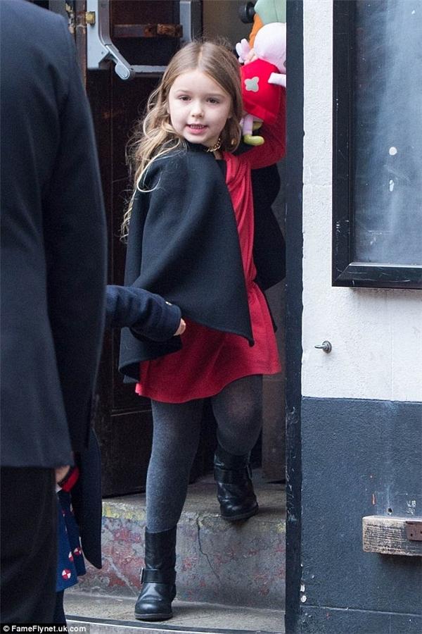 Harper hớn hở đi xem chương trình Giáng sinh trong bộ đầm đôi với nhân vật Peppa cô bé rất yêu thích.