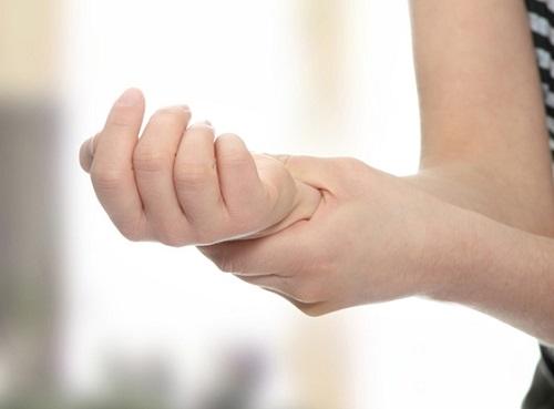 Cách sơ cứu tốt nhất để chữa bong gân là dùng đá lạnh chườm lên chỗ bị thương trong khoảng thời gian lâu hơn 15 phút.