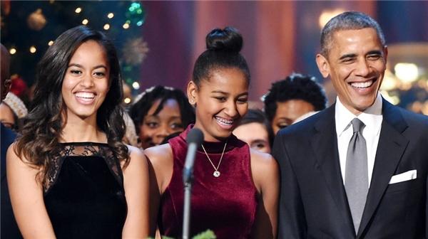 Ông Obama rất tin tưởng các con gái trong vấn đề học hành lẫn yêu đương.