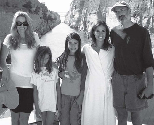 Lisa (váy trắng)cùng gia đình riêng của bố Steve Jobstrong chuyến du lịch đến Hi Lạp năm 2006.