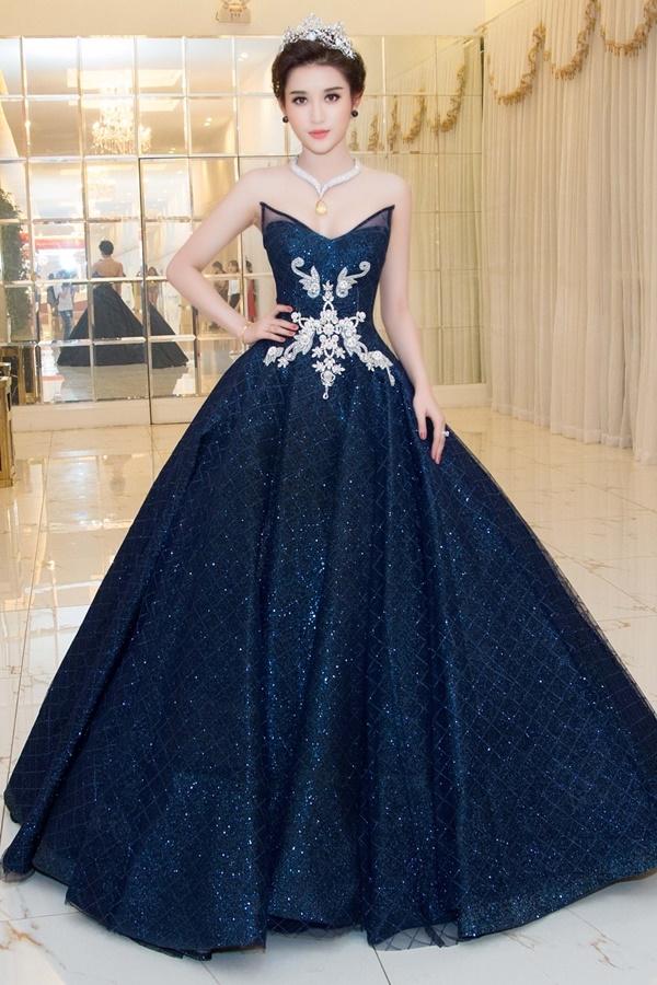 Thoạt nhìn, chiếc váy của Huyền My trông khá nhẹ nhàng, thanh thoát nhưng khối lượn thực tế lại lên đến 20kg. Dù chân váy xòe rộng nhưng khiến Á hậu Việt Nam 2014 gặp khó khăn trong việc di chuyển bởi sức nặng quá mức.