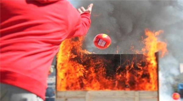 Quả bóng sẽ tự động nổ tung khi tiếp xúc với lửa. (Ảnh: internet)