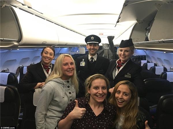Trễ máy bay, 3 cô gái là hành khách duy nhất trên chuyến bay 150 người