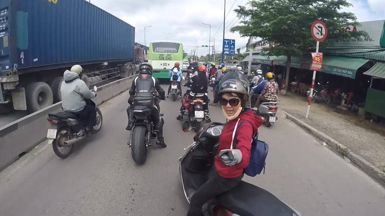"""Cô gái chỉ thẳng tay vào mặt """"biker"""" mắng mỏ giữa đường.(Ảnh: Cắt clip)"""