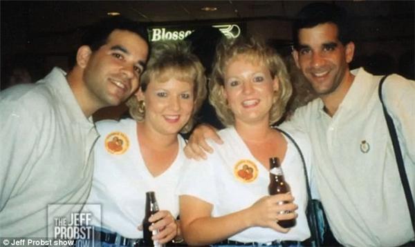 Craig và Mark Sanders đã phải lòng cặp chị em sinh đôiDiane và Darlene Nettemeier tại một quán bar.