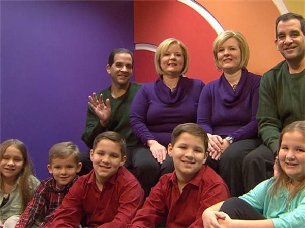 Hai gia đình gồm 9 thành viên hiện đangsống rất vui vẻ bên nhau.