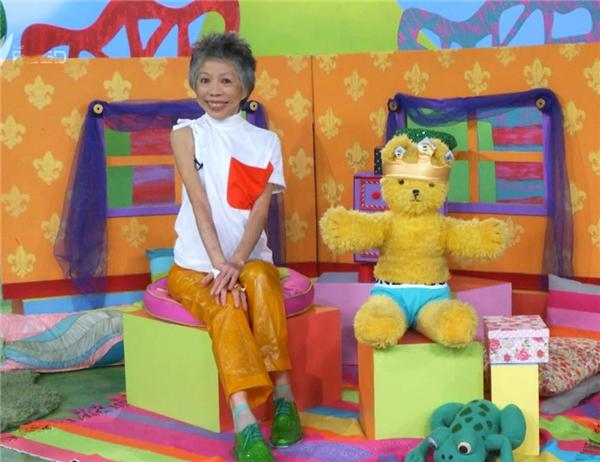 """Lee Lin Chin được biết đến là người dẫn chương trìnhcó phong cách thời trang vô cùng """"độc - lạ""""."""