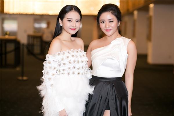 Trong sự kiện mới đây, nữ diễn viên trẻ đãcódịp hội ngộ cùng ca sĩVăn Mai Hương vàcả hai khá thân thiết với nhau. Do không có nhiều khoảng cách về tuổi, hai nghệ sĩ trẻ thoải mái trò chuyện vui vẻ.