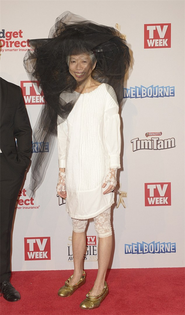 Ngỡ ngàng phong cách thời trang của nữ MC độc-lạ nhất sóng truyền hình